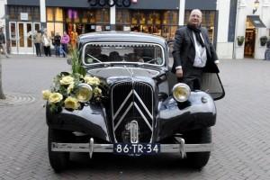 prachtige oldtimer trouwauto versiert met bloemstuk en met eigen chauffeur, reserveer deze bijzondere auto bij drukkerij meinema