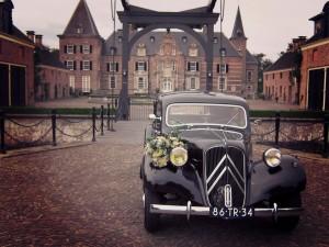 Trouwauto Enschede huren ? Wij stellen onze oldtimer ter beschikking met versiering, brandstof en eigen chauffeur, geheel compleet voor de meest bijzondere dag in uw leven