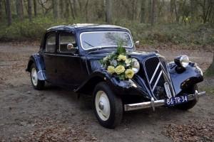 een bruidsauto huren met eigen chauffeur en versiering ? Bij drukkerij meinema bieden wij onze oldtimer te huur aan